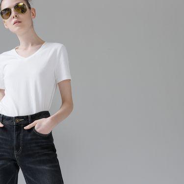 初语  纯色棉质短袖T恤女基础款V领白色大码打底衫女装8720131805